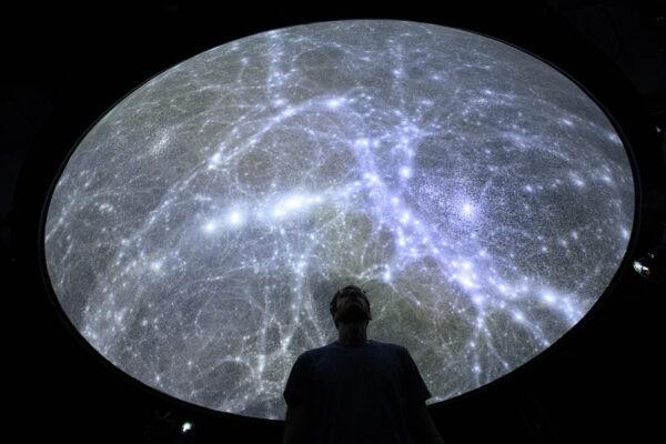 Хадриен Гурнель, инженер-программист Лаборатории экспериментальной музеологии EPFL (eM +) изучает самую подробную трёхмерную карту Вселенной в Сен-Сюльпис недалеко от Лозанны, Швейцария, 12 октября 2021 г. Keystone / Laurent Gillieron