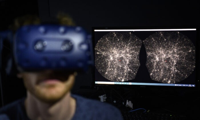 Адриен Гурнель, инженер-программист Лаборатории экспериментальной музеологии EPFL (eM +), использует шлем виртуальной реальности в Сен-Сюльпис недалеко от Лозанны, Швейцария, 12 октября 2021 г. Laurent Gillieron/Keystone via AP | Epoch Times Россия