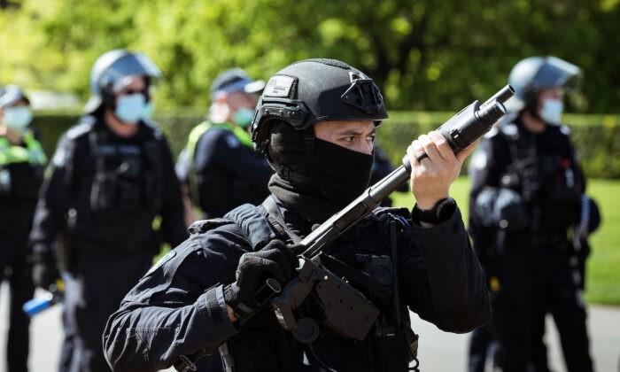 Офицер полиции по охране общественного порядка смотрит на протестующих возле Храма памяти в Мельбурне, Австралия, 22 сентября 2021 года. Darrian Traynor/Getty Images   Epoch Times Россия