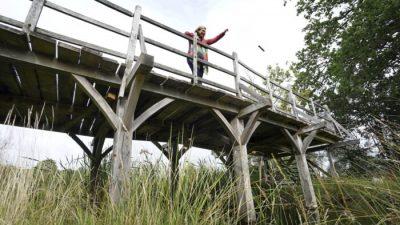 Девушка собиралась прыгнуть с моста, когда к ней подбежала незнакомка и крепко обняла