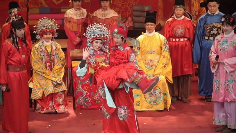 Люди женятся по традиционной китайской свадебной церемонии на храмовом фестивале, чтобы отпраздновать Новый год Кролика по лунному календарю 5 февраля 2011 года в Пекине, Китай. (Lintao Zhang/Getty Images)  | Epoch Times Россия