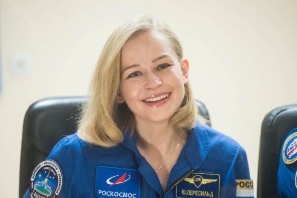 Член экипажа и актриса Юлия Пересильд за стеклянной стеной во время пресс-конференции перед экспедицией на Международную космическую станцию на космодроме Байконур, Казахстан, 4 октября 2021 г. Roscosmos/via Reuters