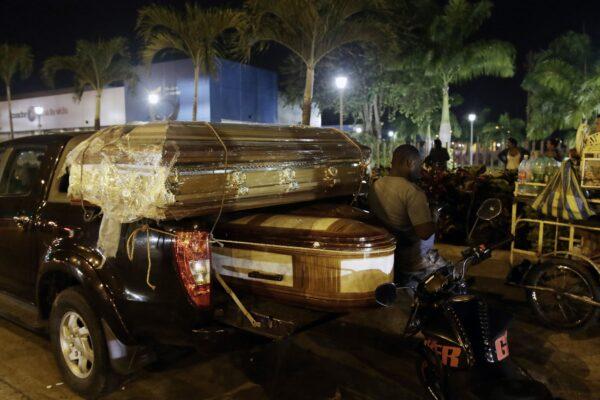 Гробы для тел заключённых, погибших во время бойни в тюрьме «Литорал», стоят на грузовике у морга в Гуаякиле, Эквадор, 29 сентября 2021 г. Angel DeJesus / AP Photo