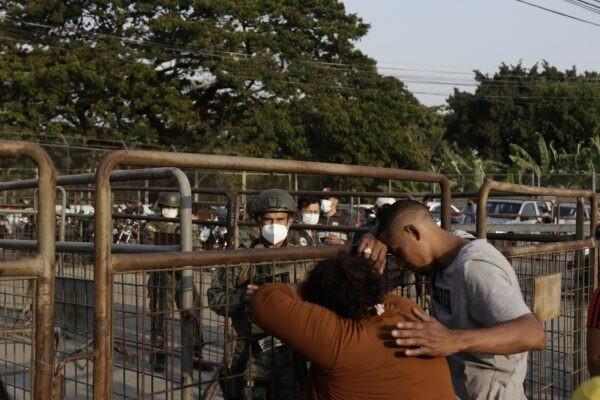 Родственники заключённых ждут новостей у тюрьмы «Литорал» в Гуаякиле, Эквадор, 29 сентября 2021 г. Angel DeJesus / AP Photo