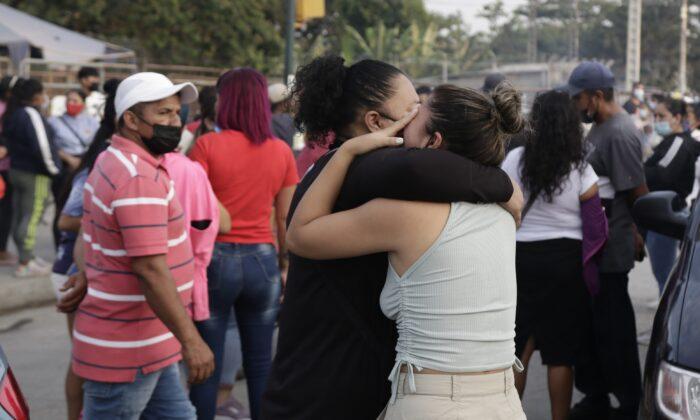 Женщины ожидают информации о своих родственниках — заключённых в тюрьме «Литорал», после тюремных беспорядков в Гуаякиле, Эквадор, 29 сентября 2021 г. Angel DeJesus / AP Photo | Epoch Times Россия