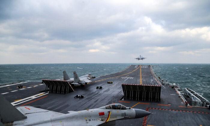 Китайские истребители J-15 взлетают с палубы авианосца Liaoning во время военных учений в Жёлтом море у восточного побережья Китая 23 декабря 2016 г. STR/AFP via Getty Images   Epoch Times Россия