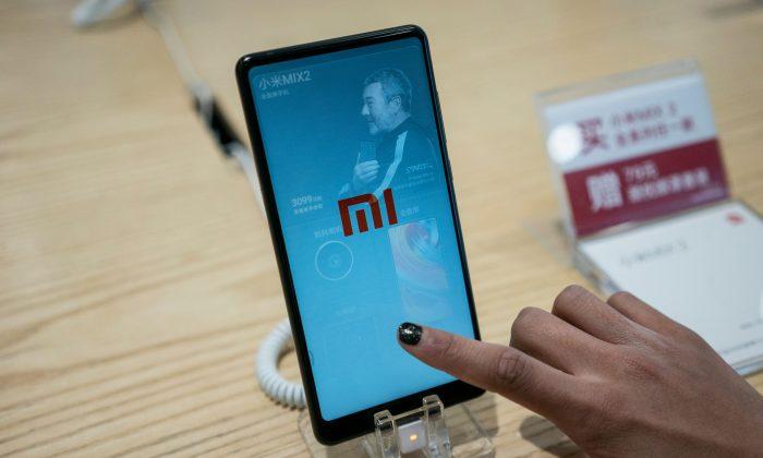 Смартфон Xiaomi выставлен в магазине в Пекине 2 мая. Fred Dufour / AFP / Getty Images | Epoch Times Россия