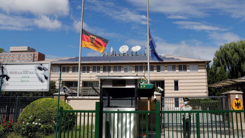 Флаги Германии и Европейского союза развеваются на мачте после кончины посла Германии в Китае Яна Хекера у посольства Германии в Пекине, Китай, 6 сентября 2021 года. (Carlos Garcia Rawlins/Reuters) | Epoch Times Россия