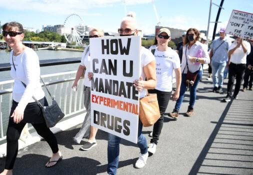 Протестующие маршируют по мосту Виктория во время митинга против обязательной вакцинации от Covid-19,  Брисбен, Австралия, 1 октября 2021 г. (Dan Peled/Getty Images)