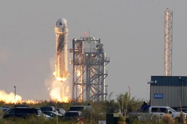 Запуск ракеты Blue Origin New Shepard 20 июля 2021 года с космодрома недалеко от Ван Хорна, штат Техас. Среди пассажиров Джефф Безос, основатель Amazon и компании космического туризма Blue Origin, его брат Марк Безос, Оливер Дэемен и Уолли Фанк. Tony Gutierrez/AP Photo