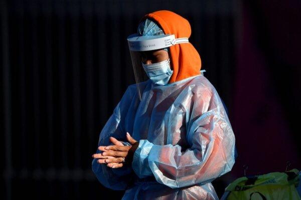 Медицинский работник готовится взять образцы мазков у жителей на участке тестирования на COVID-19 в западном Сиднее 4 августа 2021 г. Saeed Khan/AFP via Getty Images