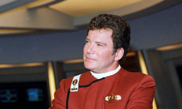 Уильям Шатнер, играющий капитана Джеймса Т. Кирка, фотографируется для фильма «Звёздный путь V: Последний рубеж», фотография из файла 1988 года. Bob Galbraith/AP Photo | Epoch Times Россия