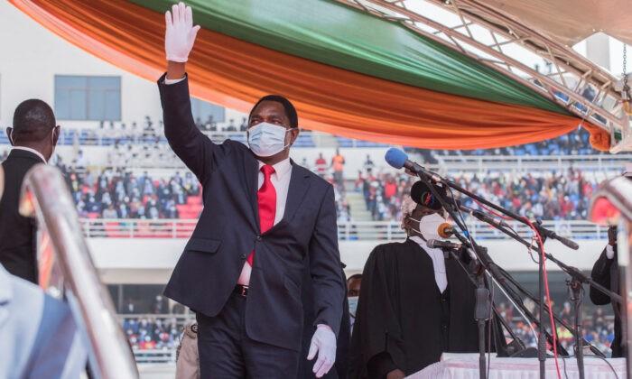 Президент Замбии Хакаинде Хичилема машет рукой толпе после принятия присяги на стадионе Heroes в Лусаке 24 августа 2021 г. Salim Dawood/AFP via Getty Images   Epoch Times Россия