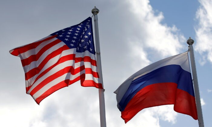 Государственные флаги России и США развеваются возле завода во Всеволожске Ленинградской области, Россия, 27 марта 2019 г. Anton Vaganov/Reuters | Epoch Times Россия