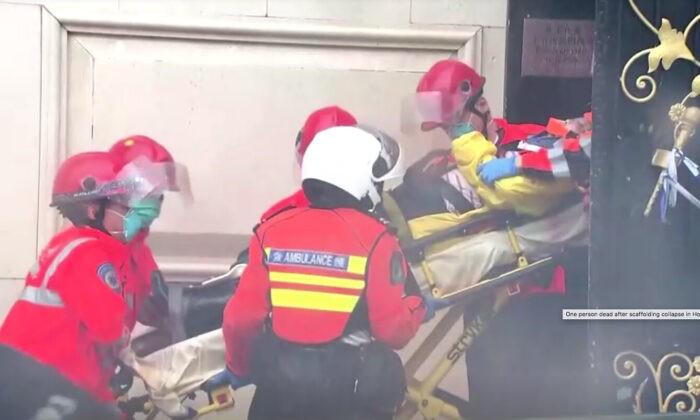 Сотрудники службы экстренной помощи выносят человека на носилках из здания в Гонконге, 8 октября 2012 г. Screenshot via NTD/TVB via Reuters   Epoch Times Россия