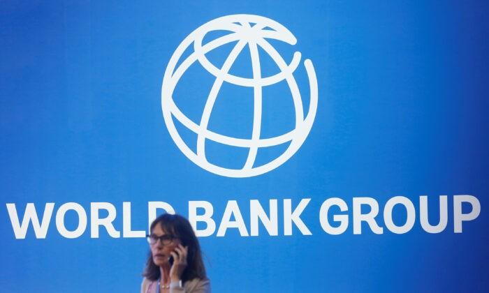 Логотип Всемирного банка на ежегодном собрании Международного банка в Нуса-Дуа, Бали, Индонезия, 12 октября 2018 г. Johannes P. Christo /Reuters | Epoch Times Россия