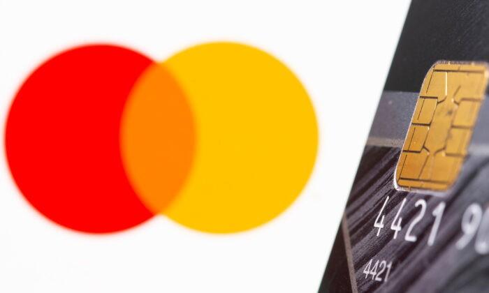 Кредитная карта перед логотипом Master Card на иллюстрации, сделанной 15 июля 2021 г. Dado Ruvic / Illustration / Reuters | Epoch Times Россия