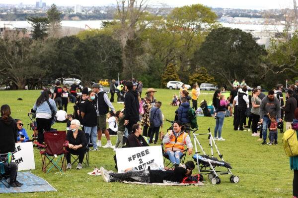 Тысячи новозеландцев требуютсвободы после 6 недель изоляции