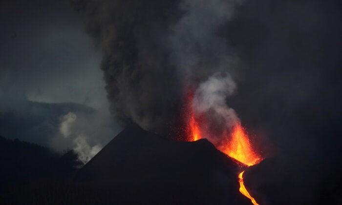 Вулкан Кумбре-Вьеха на Канарском острове Ла-Пальма, Испания, 12 октября 2021 г. (Sergio Perez / Reuters) | Epoch Times Россия