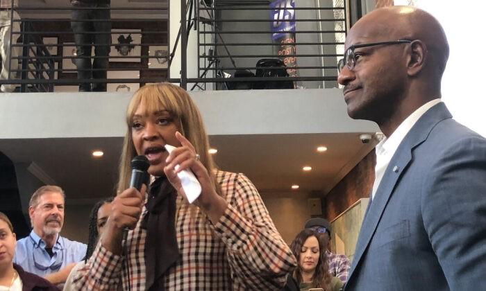 Анджела Стэнтон Кинг (слева) и Кевин Дженкинс (справа) проводят встречу с представителями чернокожих сообществ в Бруклине, штат Нью-Йорк, 2 октября 2021 г. Enrico Trigoso/The Epoch Times | Epoch Times Россия