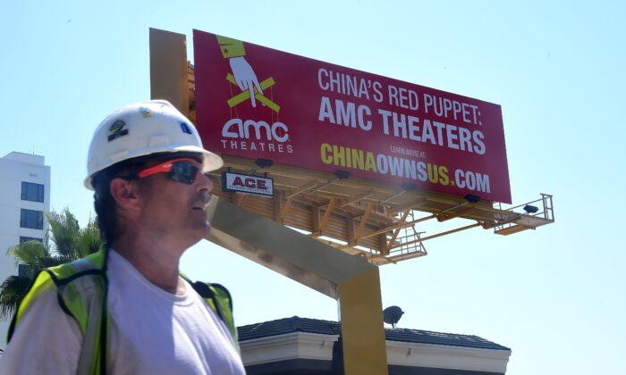 Реклама в рамках кампании «Китай владеет США» в Голливуде, Калифорния, 29 августа 2016 года. Реклама показывает растущее влияние коммунистического Китая на американскую киноиндустрию, в частности AMC Entertainment, которую называют красной марионеткой Китая, после продажи студии в 2012 году китайской фирме Dalian Wanda, тесно связанной с Коммунистической партией Китая, за ,6 млрд. Frederic J. Brown/AFP via Getty Images | Epoch Times Россия