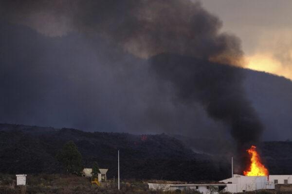 Дом сгорел от лавы, остров Ла-Пальма, Испания, 13 октября 2021 г. (Daniel Roca / AP Photo)