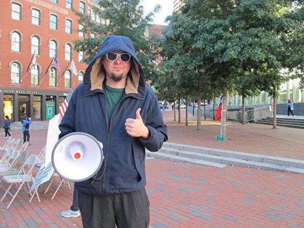 Пехотинец США в отставке Дэвид Берард протестует против тирании китайской компартии в мэрии Бостона 30 сентября 2021 г. Mai Lei / The Epoch Times