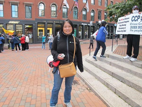 Г-жа Лу протестует против поднятия флага китайского режима у мэрии Бостона 30 сентября Mai Lei / The Epoch Times