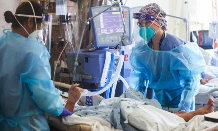 Лейтенант ВВС США Эллисон Блэк, дипломированная медсестра, ухаживает за пациентами с COVID-19 в импровизированном отделении интенсивной терапии медицинского центра Harbour-UCLA в Торрансе, штат Калифорния, 21 января 2021 г. Mario Tama/Getty Images   Epoch Times Россия