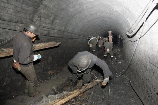 Спасатели уходят под землю в поисках шахтёров на шахте Сишуй в Шуочжоу провинции Шаньси, северный Китай, 21 марта 2005 года. Число погибших в результате взрыва газа на угольной шахте 19 марта возросло до 65. China Photos / Getty Images