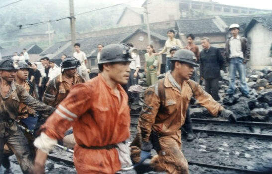 Китайские спасатели доставили раненого шахтёра в больницу после утечки газа на угольной шахте Цзицзян в Лоуди провинции Хунань на юге Китая 8 июня 2005 г. China Photos / Getty Images