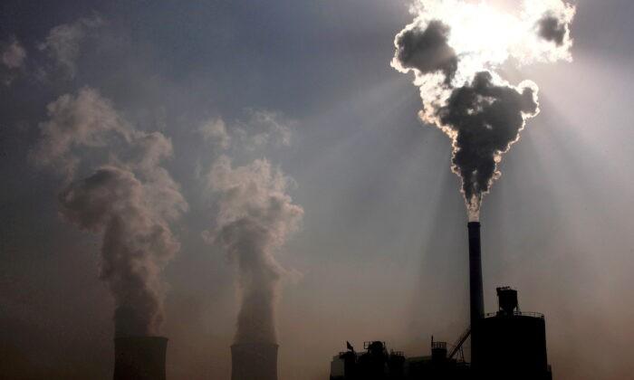 Угольная электростанция в городе Баотоу в автономном районе Внутренняя Монголия Китая, 31 октября 2010 г. David Gray/Reuters   Epoch Times Россия
