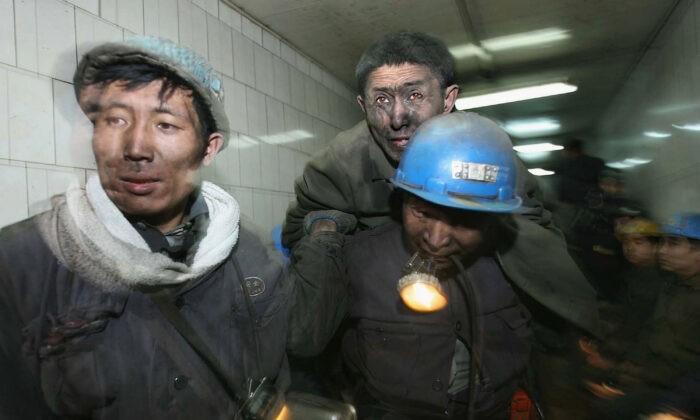Спасатели выносят шахтёра после взрыва, произошедшего на угольной шахте Дунфэн в пригороде города Цитайхэ провинции Хэйлунцзян, Китай, 28 ноября 2005 года. Сообщается, что в результате взрыва погибли 134 шахтёра. China Photos / Getty Images | Epoch Times Россия