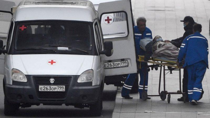5 октября 2021 года медицинские работники несут человека на носилках в отделение для пациентов, инфицированных Covid-19 в подмосковной больнице №40 в Коммунарке. ALEXANDER NEMENOV/AFP via Getty Images  | Epoch Times Россия