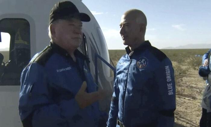 Уильям Шатнер разговаривает с Джеффом Безосом о своём опыте после выхода из капсулы Blue Origin около Ван Хорна, штат Техас, 13 октября 2021 г. Blue Origin via AP | Epoch Times Россия
