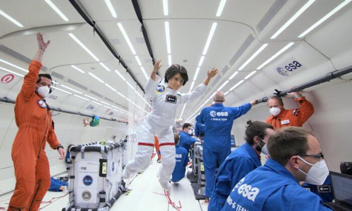 Кукла-космонавт в полёте