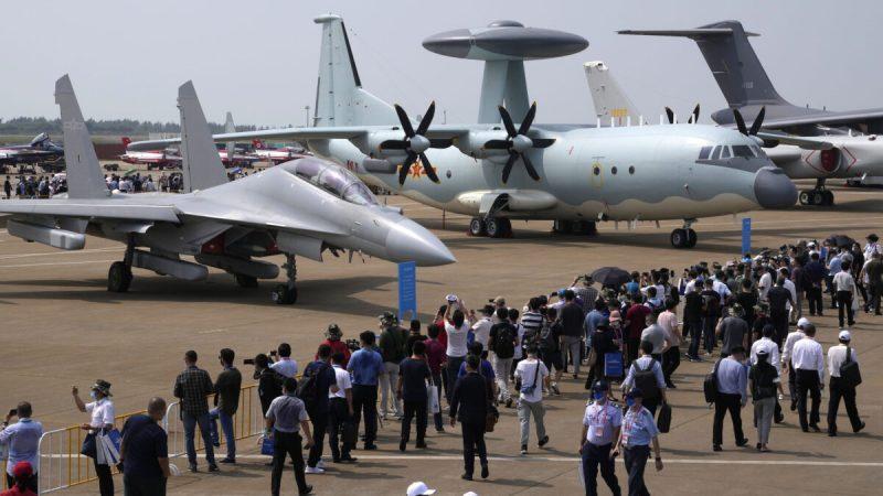 Посетители смотрят на китайский самолёт радиоэлектронной борьбы J-16D (слева) и самолёт дальнего радиолокационного обнаружения и управления KJ-500 (справа) на 13-й Китайской международной авиационно-космической выставке в Чжухае, провинция Гуандун, Китай, 29 сентября, 2021 г. (Ng Han Guan/AP Photo)   Epoch Times Россия