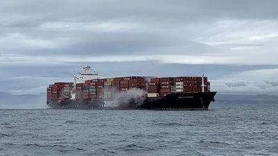 На морской границе США и Канады загорелись контейнеры с химикатами