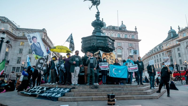Люди собираются на площади Пикадилли во время акции «День сопротивления компартии Китая» в Лондоне, 1 октября 2021 г. (Qian Cheng/The Epoch Times)    Epoch Times Россия