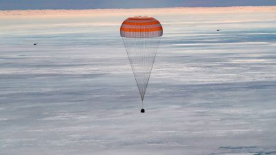 Первая съёмочная группа вернулась из космоса на Землю