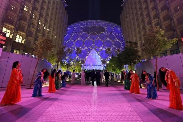 Артисты приветствовали гостей Expo-2020 30сентября 2021г., вдень открытия выставки вЭмиратах.Photo deKarim SAHIB/AFP via Getty Images