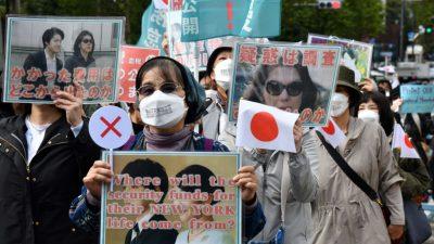 В Японии прошла акция протеста против брака принцессы Мако