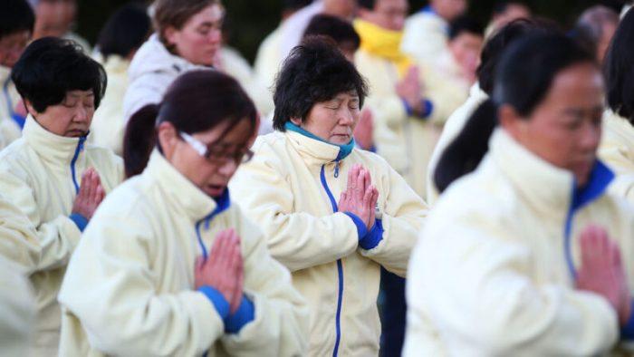 Практикующие Фалуньгун медитируют в годовщину начала преследования Фалуньгун в Китае, Сидней, Австралия, 21 июля 2013 г. (Brendon Thorne/Getty Images)  | Epoch Times Россия
