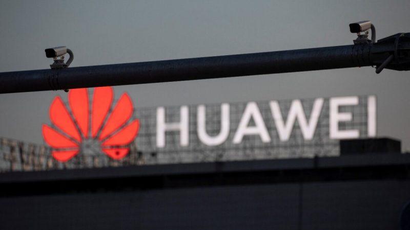 Камеры наблюдения видны на фоне логотипа Huawei в Белграде, Сербия, 11 августа 2020 года. (Marko Djurica/Reuters)   Epoch Times Россия