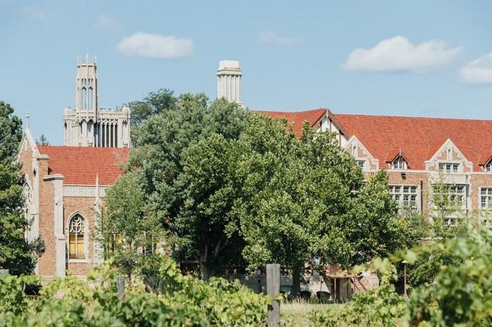 Винодельня при аббатстве Святого Креста была построена много лет назад на территории ныне закрытого бенедиктинского монастыря (Изображение: Деннис Леннокс)