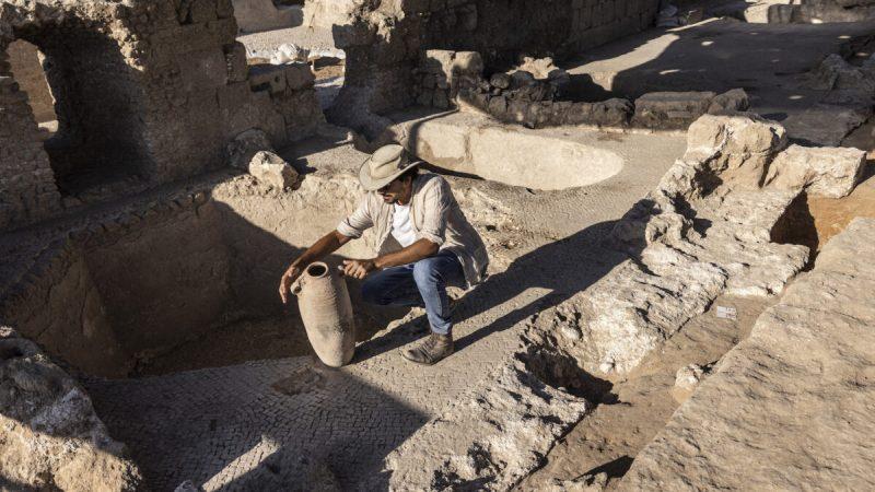 Авшалом Давидеско из Управления древностей Израиля осматривает кувшин в огромном древнем винодельческом комплексе, построенном примерно 1500 лет назад в Явне к югу от Тель-Авива, Израиль, 11 октября 2021 г. (Tsafrir Abayov/ AP Photo) | Epoch Times Россия
