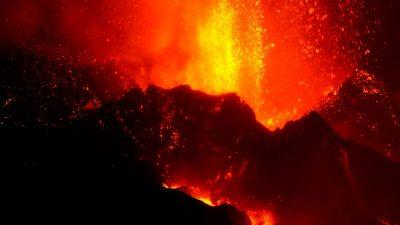 Вулканическая лава на Ла-Пальме поглощает всё больше домов