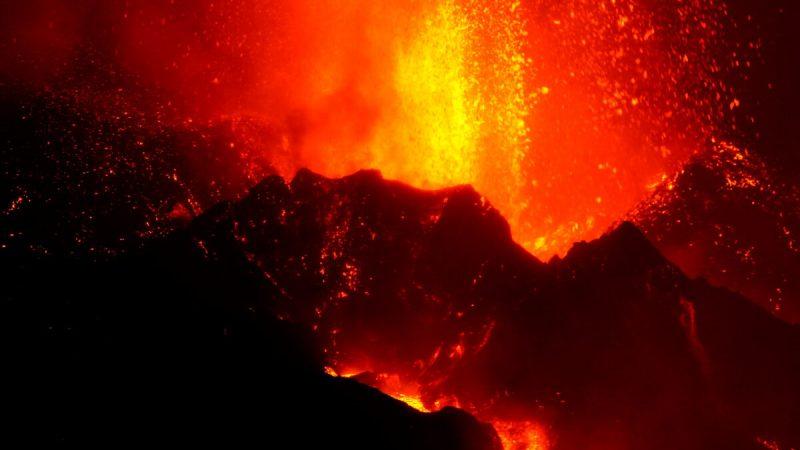 Вулкан Кумбре Вьеха продолжает извергаться на канарском острове Ла-Пальма, вид из Таканды, Испания, 9 октября 2021 г. (Juan Medina / Reuters)   Epoch Times Россия