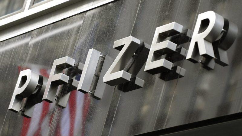 Вывеска Pfizer в Нью-Йорке. (Timothy A. Clary/ AFP via Getty Images) | Epoch Times Россия