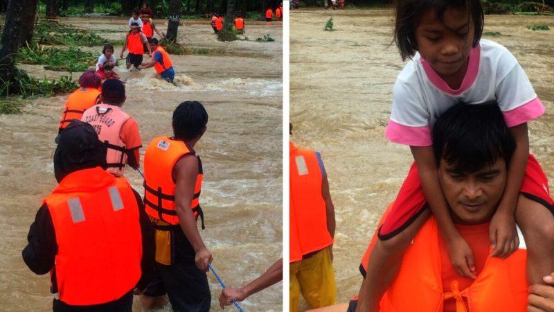 Люди пересекают наводнения, вызванные тропическим циклоном «Компасу», во время эвакуации при содействии Филиппинской береговой охраны (PCG) в Брукс-Пойнт, Палаван, Филиппины, 12 октября 2021 г. (Philippine Coast Guard via Reuters)  | Epoch Times Россия